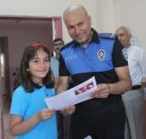 SEVINDIK - Polisten Çocuklara Karne Sürprizi