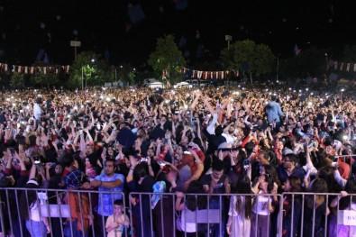 Aynı Anda Kep Atan Binlerce Öğrenciden Coşkulu Kutlama