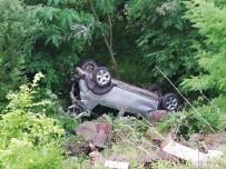 Kontrolden Çıkan Otomobil Uçuruma Yuvarlandı Açıklaması 2 Yaralı