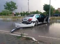 112 ACİL SERVİS - Aydınlatma Direğine Çarpan Lüks Araç Kendi Etrafında Defalarca Döndü Açıklaması 2 Yaralı
