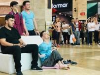 ALIŞVERİŞ MERKEZİ - Oyun Konsolunu Ayaklarıyla Kullanarak Rakiplerini Eledi