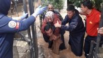 Evinde Mahsur Kalan Yaşlı Kadını İtfaiye Eri Sırtında Taşıdı