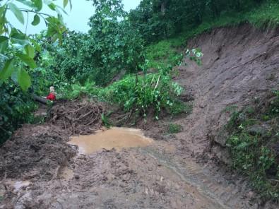 Yağmur Sonrası Yollar Kapandı, Bahçeler Zarar Gördü
