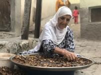 Siirt'te Kadınlar Ceviz Kırarak Aile Bütçelerine Katkı Sağlıyor