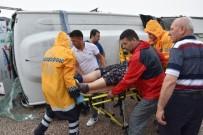 YOLCU MİNİBÜSÜ - Balıkesir'de Yolcu Minibüsü Yan Yattı Açıklaması 10 Yaralı