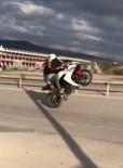 (Özel) Motosiklet Üzerinde Kız Arkadaşını Kucağına Alıp, Tek Teker Giden Maganda Kamerada