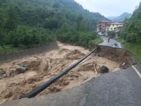 Trabzon'un Yomra-Özdil Karayolu Heyelan Nedeniyle Ulaşıma Kapandı