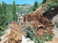 Siirt'te Ağaçların Devrilmesi Sonucu Yol Ulaşıma Kapandı