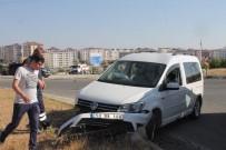 Virajı Alamayan Otomobil Refüje Çarptı Açıklaması 3 Yaralı