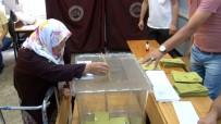 71 Yaşındaki Kadın Oy Kullanmaya Yürüteç İle Geldi