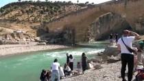 KOMMAGENE - Sıcak Havadan Bunalan Turistler Kahta Çayı'nda Serinledi
