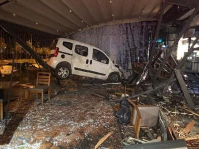 Başkent'te Kadın Sürücü Otomobiliyle Kafeye Girdi Açıklaması 1 Yaralı
