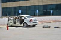GÜVENLİK GÖREVLİSİ - Alev Alan Otomobilin İçerisinde Kilitli Kalan Engelli Ağır Yaralandı