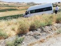 Minibüs İle Otomobil Çarpıştı Açıklaması 1'İ Ağır 10 Yaralı