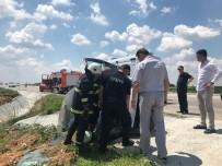 Otomobil Yolun Kenarında Bulunan Kanala Düştü Açıklaması 3 Yaralı