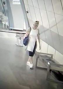 (Özel) İstanbul'da Metro İstasyonunda Telefon Çalan Kadın Hırsız Kamerada