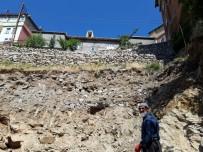 İSTİNAT DUVARI - Mahalle Sakinleri Yıkılan İstinat Duvarının Yapılmasını İstiyor