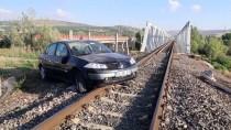 TRAFİK POLİSİ - Raybüsün Otomobile Çarpması Son Anda Önlendi