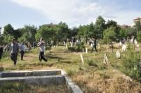 Asırlık' Mezarlık Geleneği' Devam Ediyor