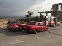Otomobiller Kafa Kafaya Çarpıştı, 4 Çocuk Yaralandı