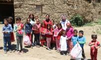 Köy Çocuklarını Sevindirmek İçin Yüzlerce Kilometre Yol Kat Ettiler