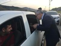 Vali, Yolculara Gazoz İkram Etti