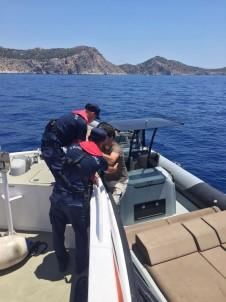 Denizde Sürüklenen Teknede Bulunanlar Kurtarıldı