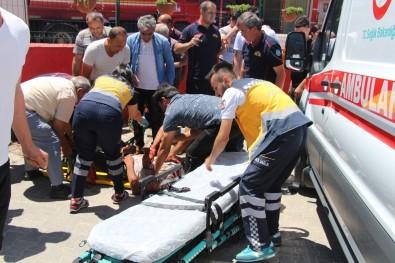 Manisa'da Motosiklet Kamyonetle Çarpıştı Açıklaması 1'İ Ağır 2 Yaralı