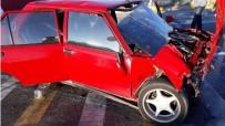 Otomobil Kırmızı Işıkta Bekleyen Araca Çarptı Açıklaması 3 Yaralı