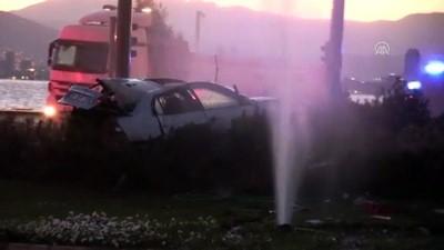 Trafik Işıklarına Çarpan Otomobildeki 2 Kişi Hayatını Kaybetti