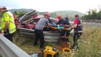 AŞIRI HIZ - Korkunç kaza! Aracın motoru 10 metre ileriye uçtu