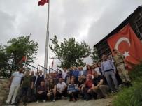 Şehit Mezarlığına 15 Metre Yüksekliğinde Türk Bayrağı