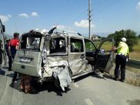 Yolcu Midibüsü İle Ticari Araç Çarpıştı Açıklaması 3 Yaralı