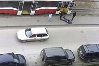 GENÇ KADIN - Tramvay'da Felç Geçiren Adamı Sokağa Bırakıp Yollarına Devam Ettiler
