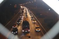 TEM Otoyolu  Düzce Kesiminde Gece Saatlerinde Trafik Durarak İlerliyor