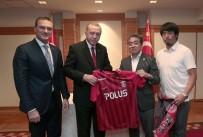 ALPAY ÖZALAN - Cumhurbaşkanı Erdoğan'a Eski Futbolcu Alpay Ve Yöneticilerinden Hediye Forma