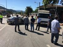 IŞIK İHLALİ - Kırmızı Işıkta Geçen Otomobil Kaza Yaptı, 3 Yaralı