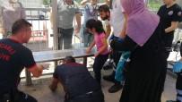 Otobüs Beklediği Duraktaki Banka Parmağı Sıkışan Çocuğu İtfaiye Kurtardı
