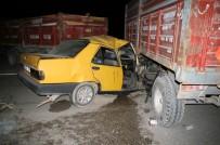 Otomobil Traktöre Bağlı Römorklara Çarpı Açıklaması 2 Yaralı