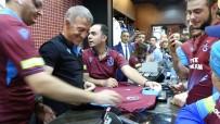 Ahmet Ağaoğlu, TS Clup Mağazasında Forma Satışı Yapıp, İmza Dağıttı