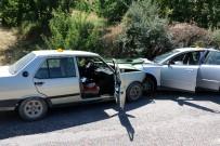 Malatya'da İki Otomobil Kafa Kafaya Çarpıştı Açıklaması 1 Ölü, 2 Yaralı