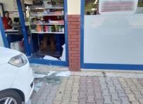 Otomobil Marketin Camına Çarptı