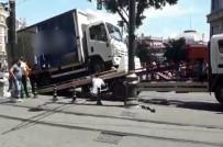 (ÖZEL) Sirkeci'de Yolda Kalan Kamyonet Trafik Çekicisine Zor Anlar Yaşattı