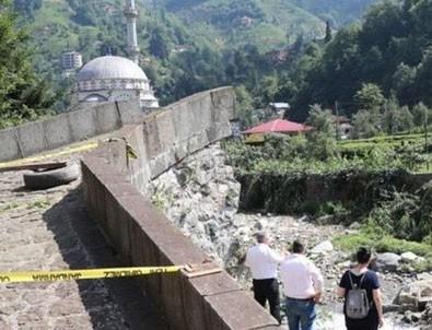 Rize'de 300 yıllık tarihi kemer köprü yıkıldı