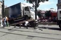 Sirkeci'de Yolda Kalan Kamyonet Trafik Çekicisine Zor Anlar Yaşattı