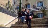 KREDI KARTı - Otomobilin Camından Sarktı, Çantayı Böyle Alıp Kaçtı