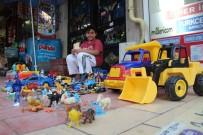 Sokakta Oyuncaklarını Satışa Çıkardı