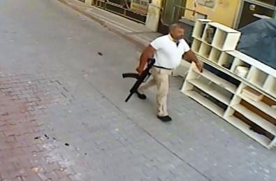 Elinde tüfek, belinde tabanca ile gitmiş