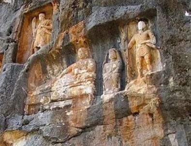 Tarihi anıt defineciler tarafından delik deşik edildi