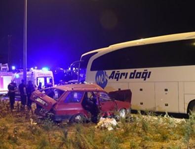 Sivas'ta yolcu otobüsü ile otomobil çarpıştı: 3 ölü, 1 yaralı